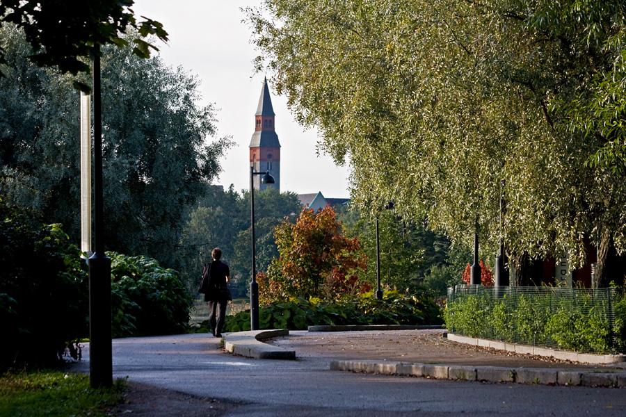 Hesperian puisto ravintola Töölönrannan kohdalla, taustalla kansallismuseon torni