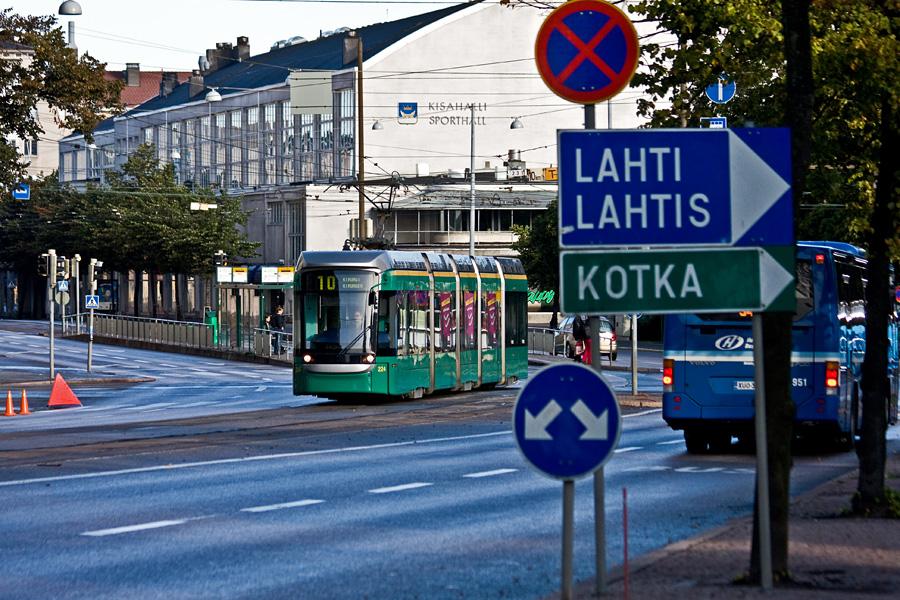 Töölön kisahalli ja Mannerheimintien liikennettä