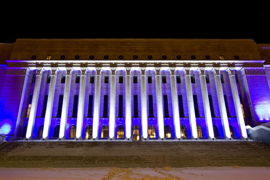Mikki Kuntun valoteos Oratoribus valaisee eduskuntataloa