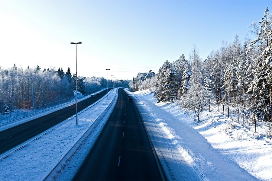 Moottoritie talviasussa