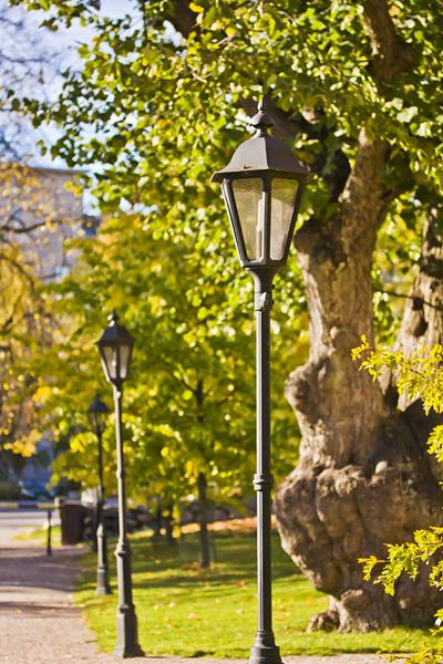 Valotolppia Herttoniemen kartanon puistossa
