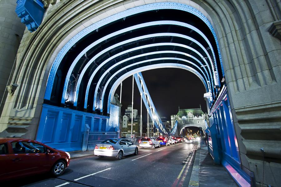 Liikennettä Tower Bridgellä