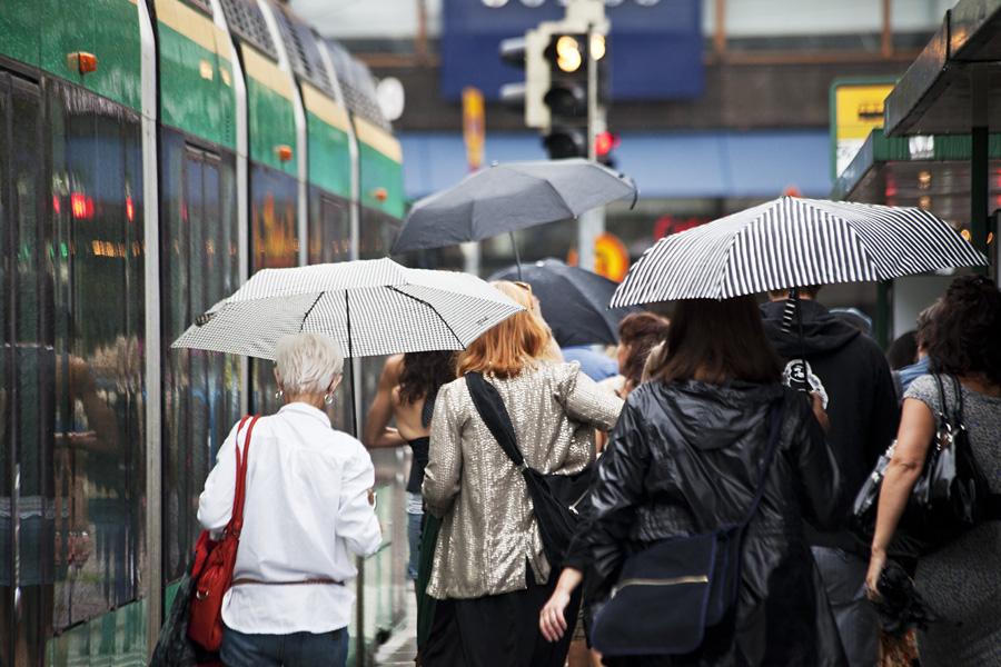 Sateelta suojassa